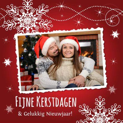 Prachtige #kerstkaart met eigen #foto, rode achtergrond en #sierlijke #swirls en #sneeuwvlokken.  Design: Patricia van Hulsentop  Te vinden op: www.kaartje2go.nl