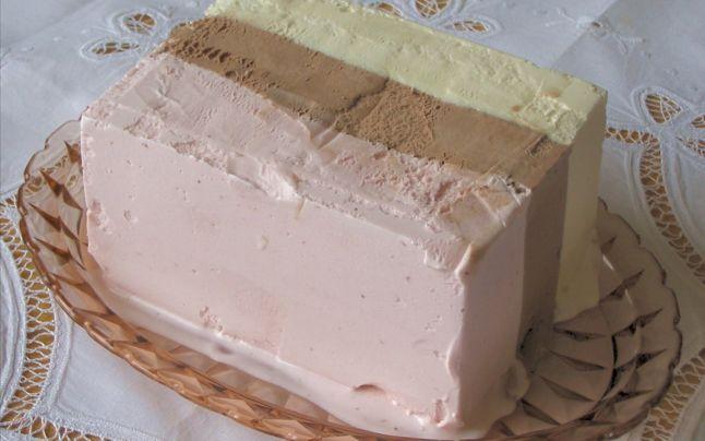 Reţetă simplă pentru un delicios tort de îngheţată. Secretul cremei în trei culori, cu fructe de sezon şi nucă