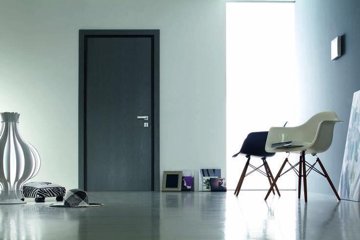 Tekno è la porta blindata con cerniere a scomparsa caratterizzata da performance di alta gamma e resistenza al fuoco EI 90 o EI120.