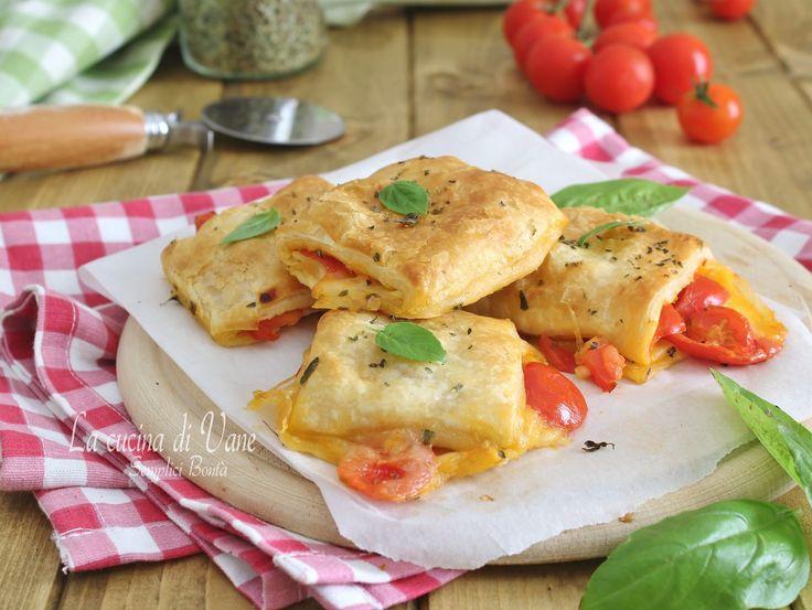 SACCOTTINI DI CAPRESE FILANTE ricetta gustosa e veloce con la pasta sfoglia che viene farcita con gli ingredienti della caprese, sfiziosi e semplici da fare