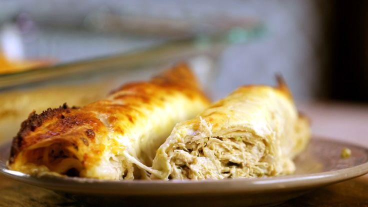 Receta con instrucciones en video: ¡Gratinadas con queso!  Ingredientes: 8 tortillas de trigo o maíz, 2 tazas de pollo cocido, 1 cebolla morada picada, 1 pimiento verde en cubos pequeños, 2 cdas. de chile picado, 150 gr. de queso crema firme, 1cda. de comino en polvo, 1 taza leche, 1 pack de crema de hongos, ½  taza de crema de leche/nata, 1 taza de mozzarella rallada, Sal, oliva y cilantro.
