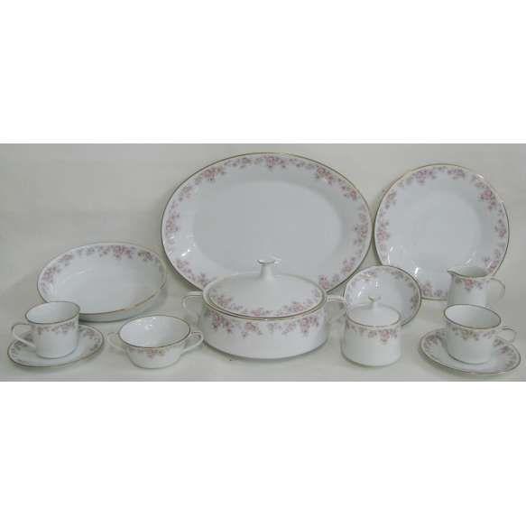 Aparelho de jantar e chá em porcelana japonesa - Noritake, com decoração floral em policromia, composto de 2 terrinas com tampa, 4 travessas, 2 molheiras, 2 legumeiras, 24 pratos rasos, 24 para sobremesa, 24 pratos para pão, 24 taças para consome, 2 leiteiras, 2 açucareiros e 24 xícaras para chá. Total de 134 peças.
