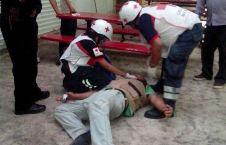 Paramédicos auxilian a vigilante del mercado municipal de Progreso