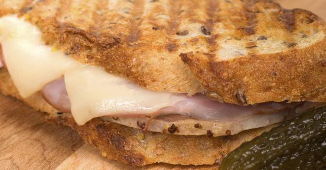 Dans la grande famille des sandwichs chauds, on trouve les paninis, ces sandwichs italiens réalisés avec des pains allongés et blancs coupés dans la longueur, g