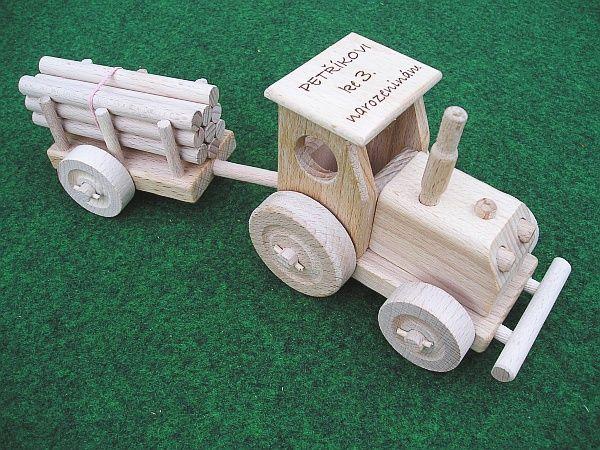 Traktor, dárky k narozeninám, dřevěné hračky s textem na přání. SKLADEM eshop www.soly.cz