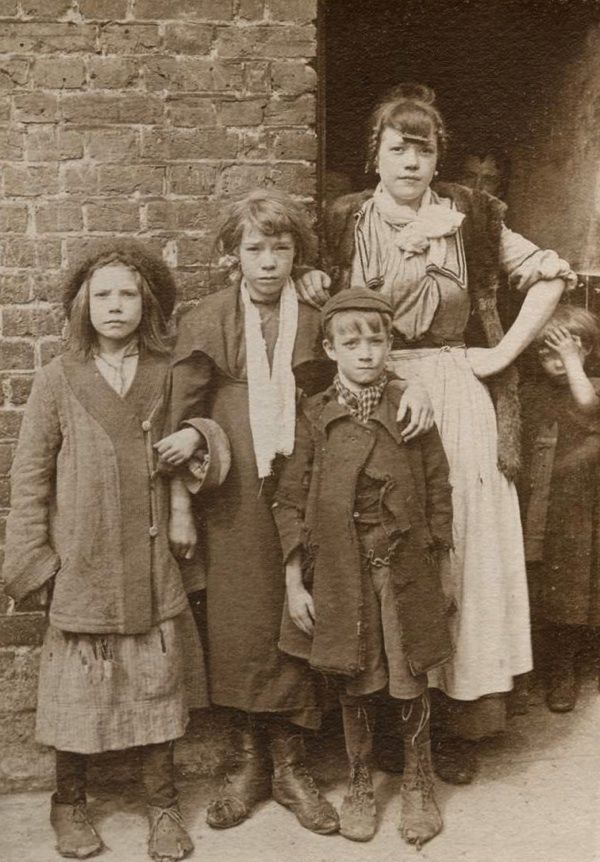 Spitalfields Nippers - it is my great delight to reveal these breathtaking photographs taken by Horace Warner in Spitalfields at the turn of the 19th and 20th centuries. These pictures which have never been reproduced before, and have hardly been seen by anyone outside his immediate family, are published with the gracious permission of Horace Warner's grandson, Ian McGilvray.