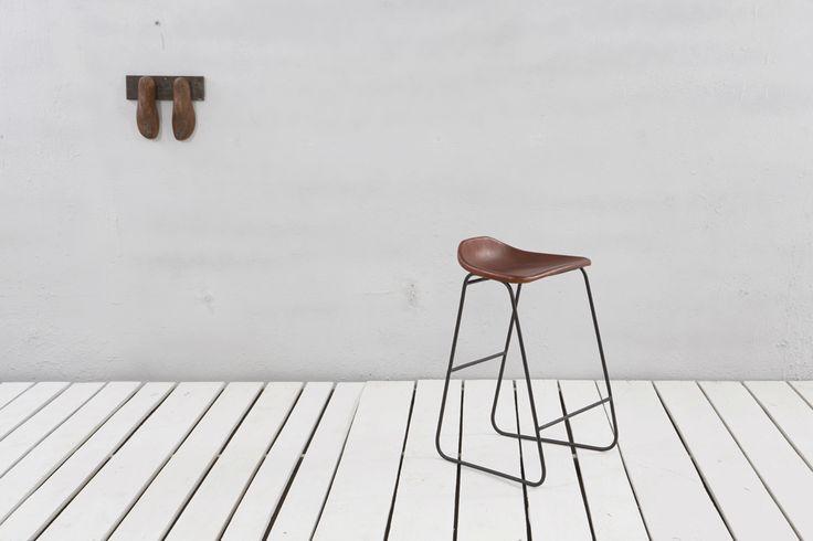 Bekväm och stilren barstol med sits och läder. Stomme av metall. Sitthöjd 65 cm, vilket är lagom höjd för köksöar som är 90 cm. Bredd/Djup/Höjd: 46/46/78 cm Sitsens mått: 41x30 cm Sitthöjd; 65 cm Priset gäller för köp en minst 2 barstolar. Vid köp av endast 1 barstol tillkommer 250 kr i fraktavgift.