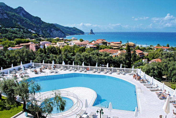 Hotel Aloha is één van de weinige hotels die ontbijt aanbiedt in Agios Gordis. Vanaf uw balkon heeft u een prachtig uitzicht over zee! Exclusief bij Neckermann!    Het hotel heeft een zwembad met zonneterras. Hier staan ligbedden en parasols waar u gebruik van mag maken. Op het strand kunt u hier ook gebruik van maken, maar dan tegen betaling. In het restaurant kunt u genieten van de heerlijke Griekse gerechten. Geniet van deze drankjes tijdens een prachtige zonsondergang. Officiële…