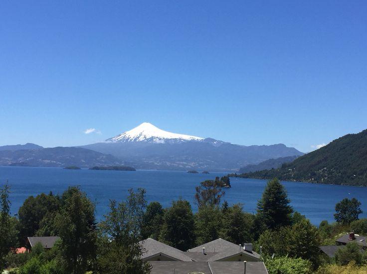Linda vista del volcán villarica y el lago Calafquén