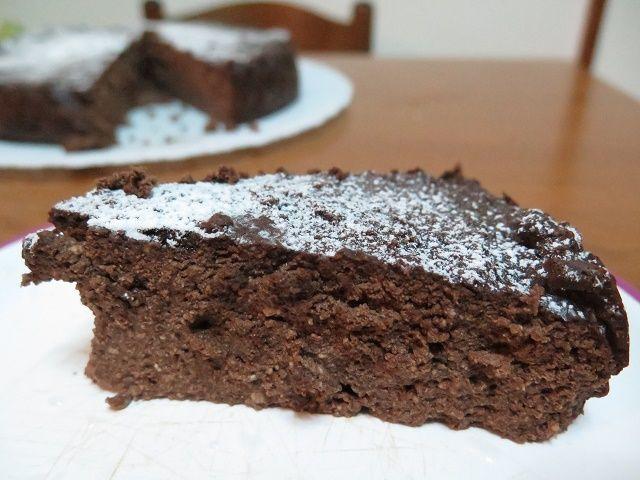 Una torta al cioccolato un pò diversa dalle altre, ai miei bimbi è piaciuta e a me ancor di più perchè nutrizionalmente più ricca: ricotta a fornirle un buon apporto proteico e farina di mandorle ad arricchirla di grassi buoni. Tra l'altro facilissima da fare, unico sforzo: comprare la ricotta fresca!