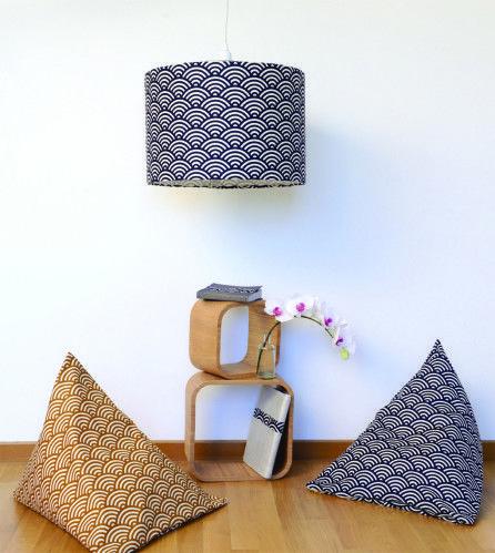Comment résister à ce magnifique tissu japonais proposé par Cousette.com ? Je vous propose de réaliser un abat-jour assez volumineux et des coussins berlingot déhoussables. Pour les patrons c'est par ici http://www.maboutiquemodesettravaux.com/patrons/patrons-deco/coussin-et-abat-jour.html...