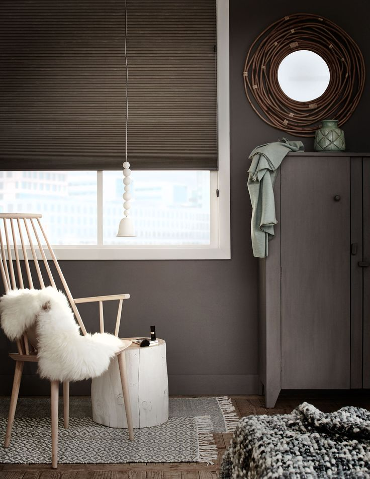 Curtains in a brown painted bedroom with green accessories and white printed rugs | | Photographer Dennis Brandsma, Alexander van Berge | Styling Fietje Bruijn | vtwonen catalog autumn 2015 | #vtwonencollectie