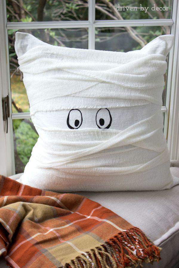 Un cuscino mummia, facilissimo da realizzare con l'aiuto di un po' di bende e un pennarello nero!