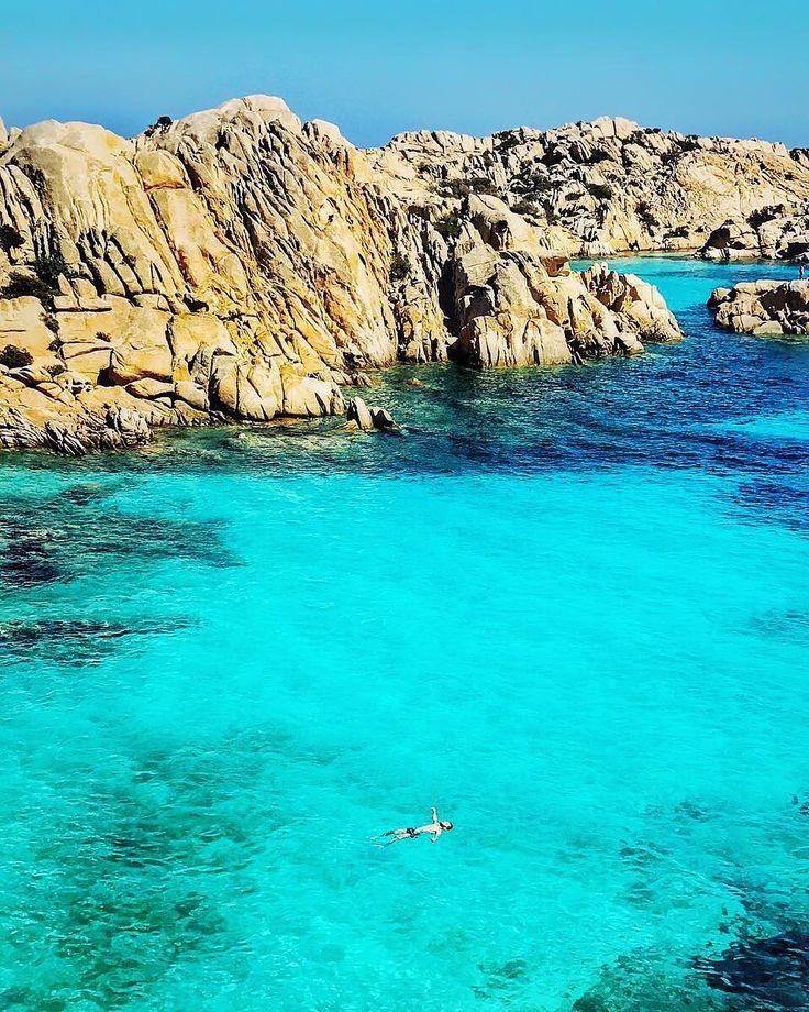 Cala Coticcio o paraíso no arquipélago de La Maddalena na Sardenha   : @flavioantunes