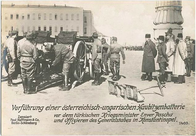 Harbiye Nazırı Enver Paşa ve kurmayları İstanbul'da Avusturya-Macaristan yapımı havan topunu denetliyor.