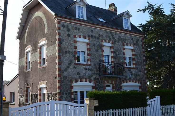 Magnifique maison bourgeoise à vendre chez Capifrance à Agon Coutainville.     > Remplie de charme et multiples atouts : 170 m², 7 pièces et 5 chambres.     Plus d'infos > Yann Colas, conseiller immobilier Capifrance.