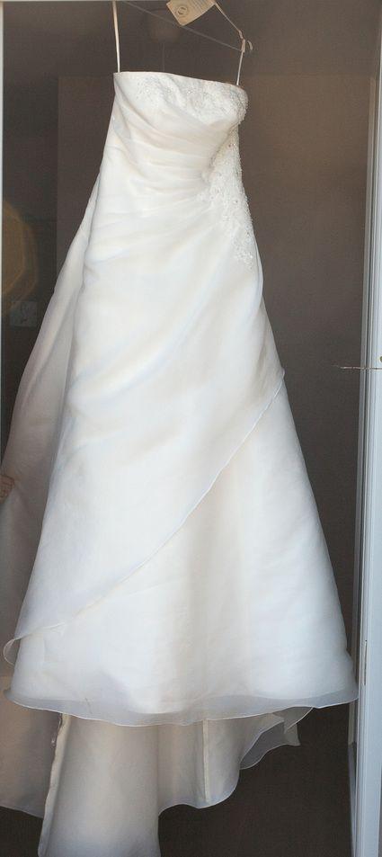 Vends robe de mariée Alexis Mariage, modèle Talent, 2012  Nettoyée chez professionnel, en parfait état.  Taille 42, aucune retouche ni en largeur ni en longueur.  Silhouette A-ligne.  Robe bustier en organza avec decoration dentelle discrète sur bustier e