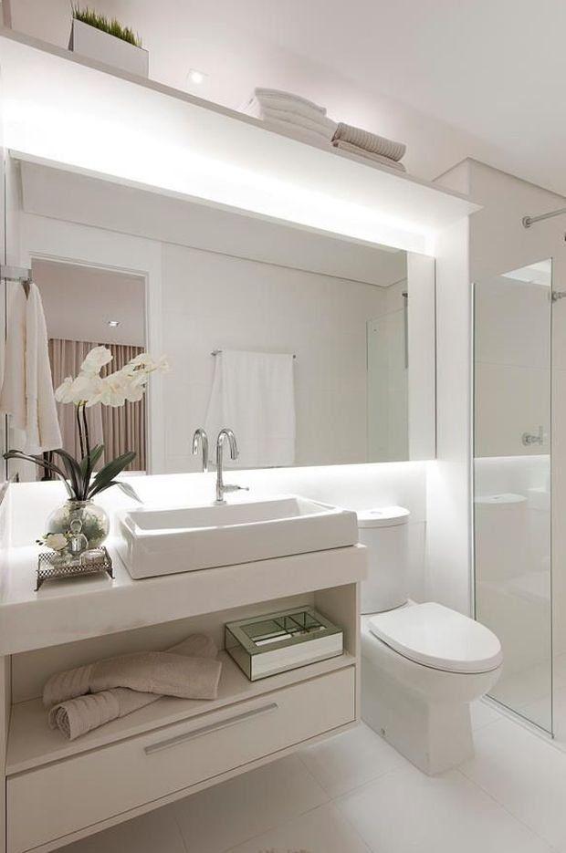 W małej łazience nietrudno o bałagan. Dlatego już na etapie projektowania powinnyśmy pomyśleć, gdzie schowamy rzeczy takie jak suszarka, proszek do prania czy przybory toaletowe. Przedstawiamy więc 10 pomysłów na sprytne schowki w łazience.