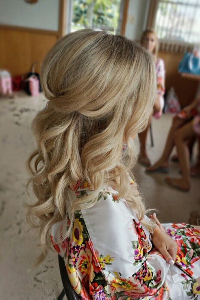 blonde Haare, buntes Kleid leicht gekrauste Haare Brautjungfern Frisuren