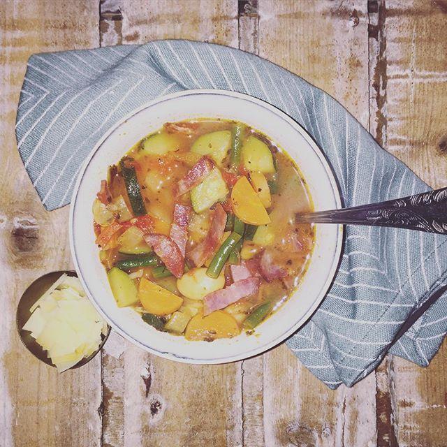 Der er ikke noget, som at sidde og varme sig med en varm skål suppe, når det rusker i træerne udenfor og regnen trommer på vinduerne. Jeg er selv svært glad for ministrone, da jeg godt kan lide, at der er tekstur i suppen, og at man kanvariere den alt efter, hvilke grøntsager man har i kø