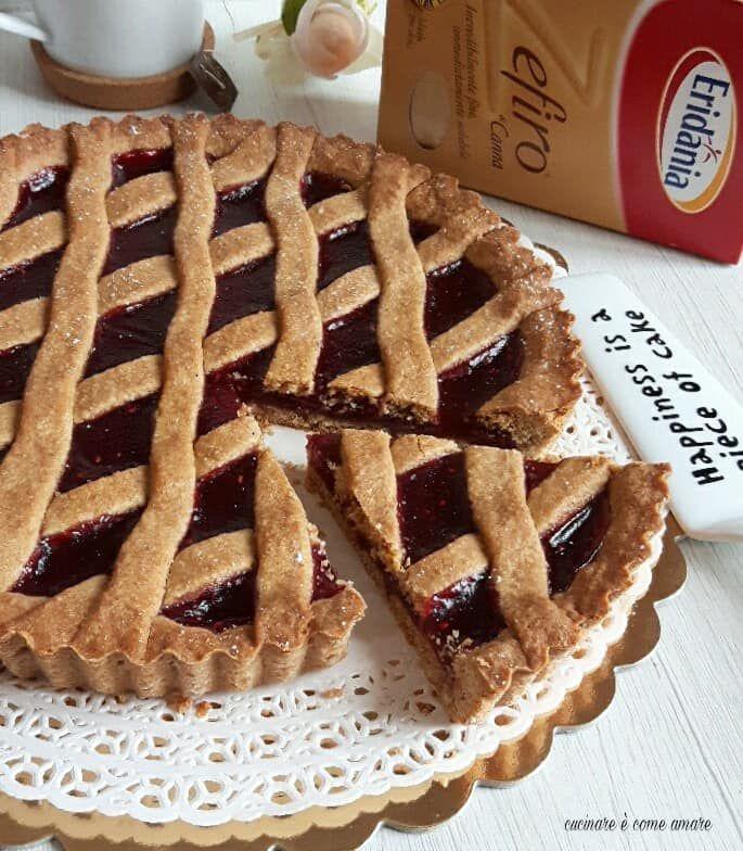 La crostata integrale con zucchero di canna, è una variante rustica sia nel gusto che nell'aspetto, alla classica crostata.