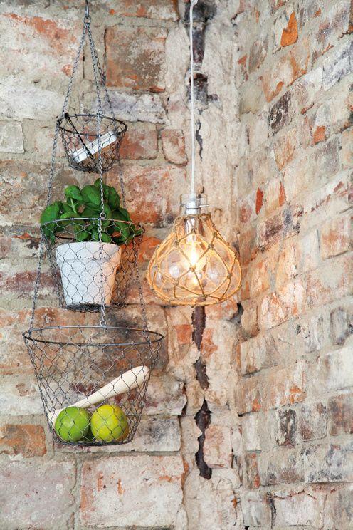 Fönsterlampa i klarglas med knopar av jutesnöre och kromade detaljer. H: 19,5 cm, Ø: 17 cm. E14 liten sockel max 40W(ingår ej). <br><br>