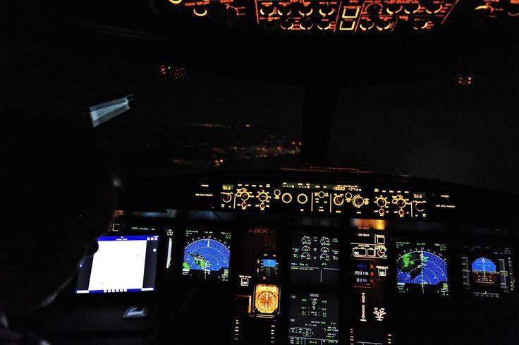 Πετάμε στα 13.000 πόδια σε κάθοδο πλησιάζοντας για την προσγείωση, μπροστά μας διακρίνονται τα φώτα της Πάφου