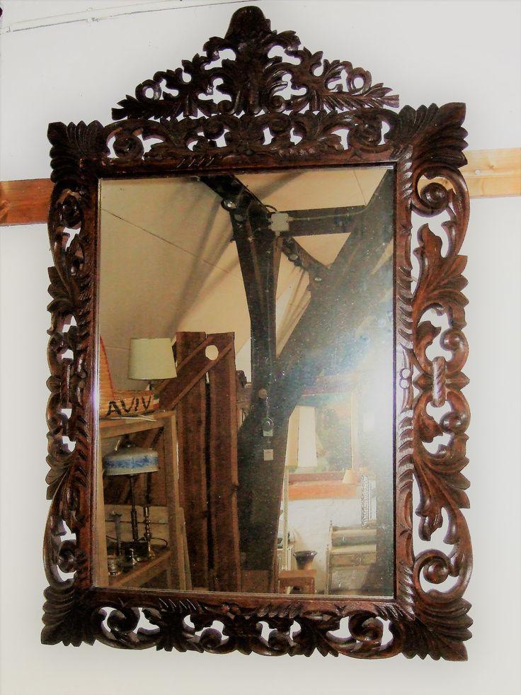 Antieke houten bestoken rechthoekige spiegel. De eikenhouten lijst van de spiegel is rijkelijk bewerkt. Spiegel heeft een mooie brocante uitstraling.  Hoog 130 cm. Breed 87  cm.  (S20) Vraagprijs  € 145,- Kan ook verzonden worden.   Voor meer info bel Rob Goemans 06 – 1214 5812