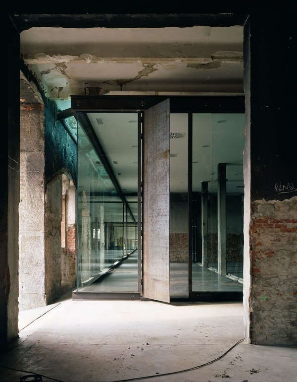 Rough factory walls vs. clean glass and steel partitions. The warehouse 17c in Madrid, Spain by Arturo Franco Office.