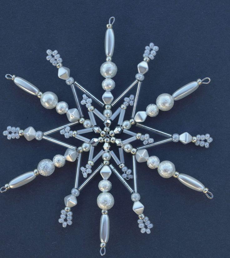Ledová+korálková+hvězda+Vánoční+hvězdička+z+korálků+a+perliček+na+pevné+drátěné+konstrukci+,+velikost+11cm +v+barvách +stříbrná+a+průhledná+křišťálová+Celkový+vzhled+vytváří+dojem+ledu