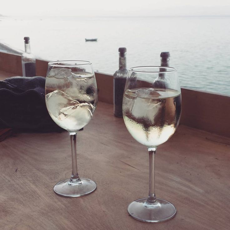 Cheers into the sunset 🍷🍷 #wine #whitewine #vino #vinoblanco #cheers #sunset #beach #beachbar #beachlife #relax #seaside #drink #drinks #summer #summermood #summervibes #instalike