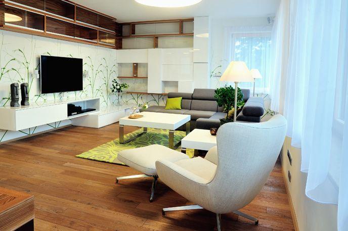 Prostor pro celou rodinu V největší místnosti bytu kuchyně s jídelnou volně přechází v obývací část, které dominuje velká sedačka, vyrobená na zakázku, a italské designové křeslo Minotti Jensen.