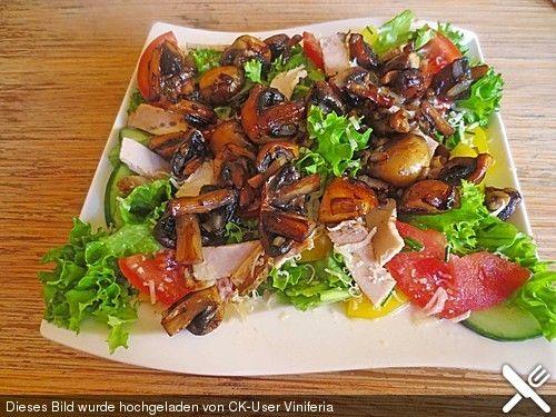 Gemischter Salat mit warmen Champignons und Honig-Senf-Vinaigrette (Rezept mit Bild) | Chefkoch.de