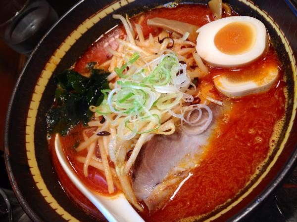 渋谷にある北海道ラーメンの店「味源熊祭 渋谷本店」。女性一人でも入りやすい雰囲気。クセがなく、まろやかなスープの札幌味噌味玉入り(¥880)が人気。バターを溶かしながら食べると味が濃厚になり美味。麺はコシのあるコシのある縮れ麺。