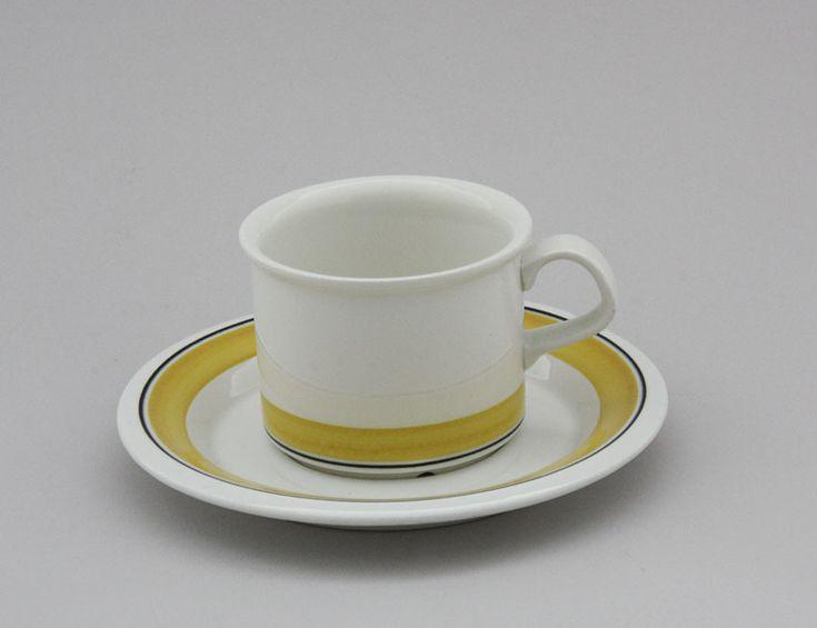 Arabia kahvikuppi, Faenza, Keltaraita. Design: Peter Winquist. Leima, 1975-81. Kupin korkeus 6cm, halkaisija 7,7cm | Astiataivas.fi - Vanhojen astioiden ystävien löytöpaikka