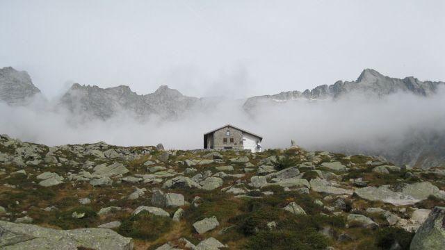 Il Rifugio Prudenzini (foto di M.Canziani) in alta Val Salarno. Anche i rifugi concorrono a valorizzare il territorio montano e possono costituire un importante strumento per coinvolgere i numerosi escursionisti nell'interpretazione e nella tutela del territorio alpino (www.uomoeterritoriopronatura.it)