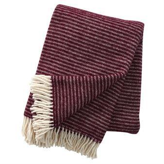 Den elegante Ralph uldplaid kommer fra Klippans Yllefabrik og har et klassisk mønster med striber. Plaiderne er lavet af økologisk lammeuld og er god for miljøet. De holder dig varm på kolde vinterdage og sommernætter, og bliver også en stilfuld, tidløs detalje på sofaen. Kombinere gerne med andre plaider fra Klippans Yllefabrik!
