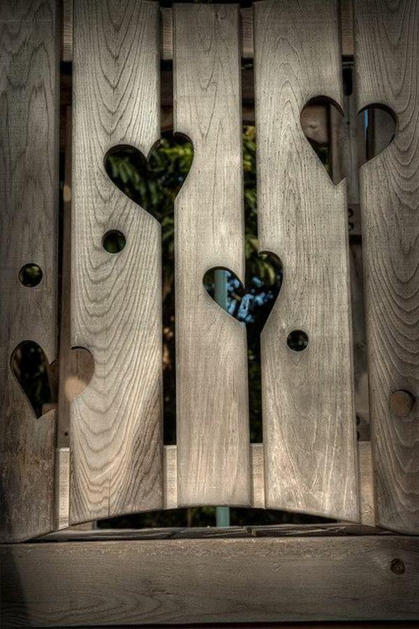 Gartenzaun mit Löcher in Form eines Herzens