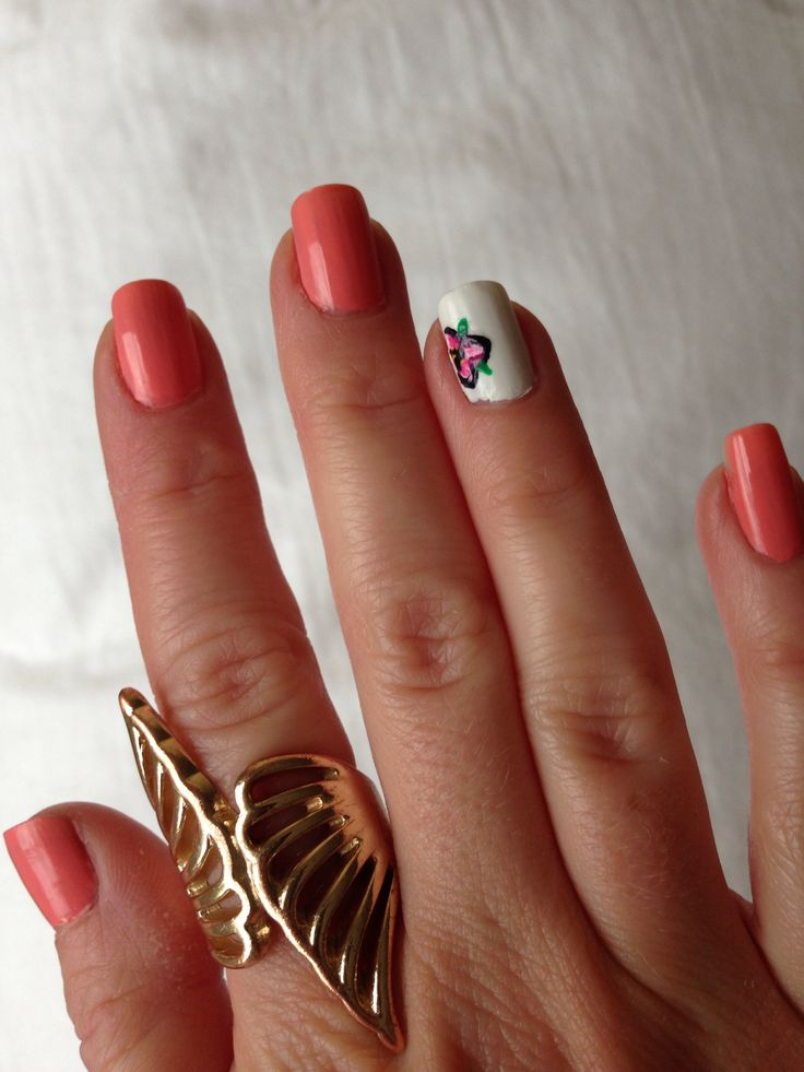 Peach nails with tropical flower