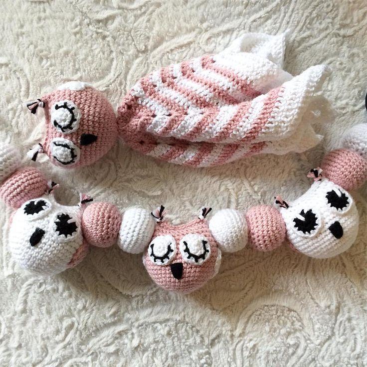 Virkad babymobil och snuttefilt med ugglor ✖️ Crochet baby mobile and security blanket with owls -------------------------------------- #mobile #beautiful #adorable #handmade #inspoforkiddos #inspoforflickor #nurseryinspo #newborn #babygift #securityblanket #raskaana #stroller #babyboy #babygirl #baby #owls #nurserydecor #nursery #babyshower #barnrumsinspo #bebis #gravid #bf2017 #bf2016 #barnvagnshänge #barnvagnsmobil #barnevogn #klapvogn #lastenrattaat #sutteklud