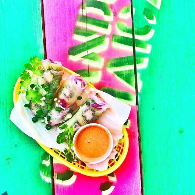 Psst! Från och med imorgon har vi flera helt nya smaker på menyn. Prova karibiska vårrullar med jordnötsdipp och massa annat gott! 🤗😋🌟💕 #bergmancenter #orlandosjamaican
