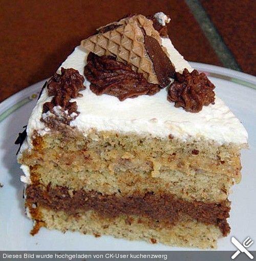 Hanuta - Torte: Mandel-Rührteig mit Schmand-Nutella-Hanuta-Creme und Sahne-Überzug (auch mit anderen Süßigkeiten wie Mars, Snickers, Twix, Küsschen, Kit Kat...)