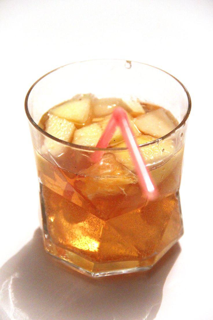 SANGRIA BLANCHE D'HIVER - Ha la sangria, ce cocktail évocateur de vacances au soleil et de fête, que l'on s'imagine volontiers en train desirotertout en dégustant quelques tapas (ou en se gavant de patatasbravas, mais dit comme ça, ça sonne moins poétique). J'ai longtemps fait une overdose de cette boisson car bien qu'elle puisseêtredélicieuse, il est facile aussi de…