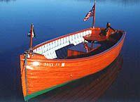 """LAUNCH : Pearl Canot automobile de facture ancienne, à coque étroite dite """" à déplacement """" et capable, par rapport à sa taille, de transporter de nombreux passagers. Exemple : un canot de lac suisse motorisé est un petit """"launch""""."""