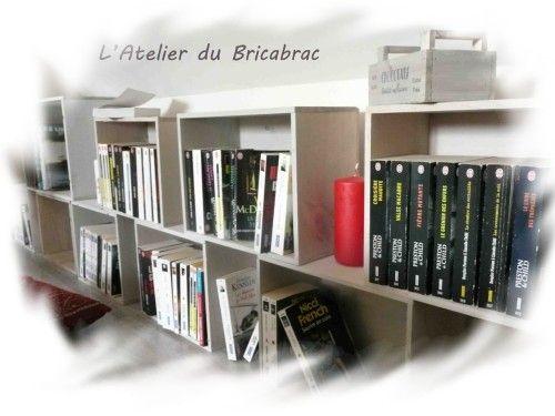 Une caisse à vin en bois + un mélange de peinture grise et beaucoup d'eau + un pinceau = que je multiplie par X = une bibliothèque . Juste la hauteur de la sous pente .... De la lecture, des frissons pendant les vacances ...