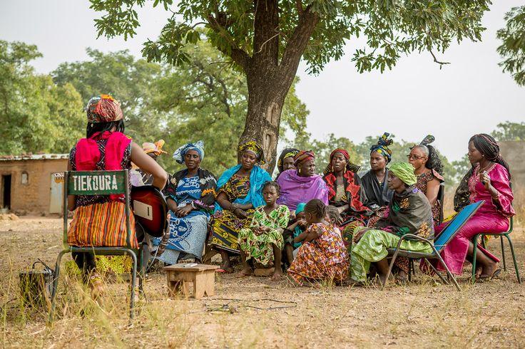 Fatoumata Diawara singt zu den Frauen ihres Heimatdorfes über die weibliche Beschneidung – ein Ritual, das noch immer praktiziert wird. © Konrad Waldmann, 2016