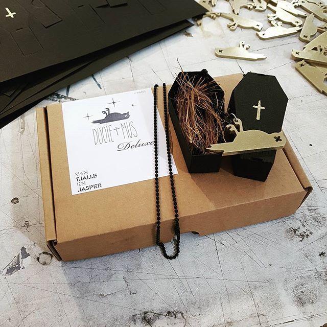 Dooie Mus Deluxe.  Wow , echt waar? Ja , echt waar! Wanneer? Vanaf morgen! Waarvan? Messing met mat zwart kettinkje! €30,- #3mm #brass #messing #gift #wow #dooiemus #hashtags #justinbieber