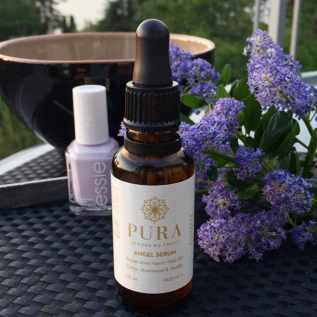 Today's floral infusion continues with a manicure out on the deck. The @purabotanicals 'Angel Serum' is a restorative hand and nail oil that contains: sweet almond, calendula, sweet orange, vanilla, rosewood oils. A lovely addition to any nail care regime.