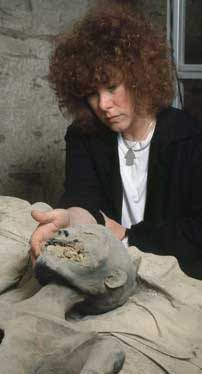 An egyptologist Joann Fletcher and KV35 Young Lady (possible mother of Tutankhamun) mummy