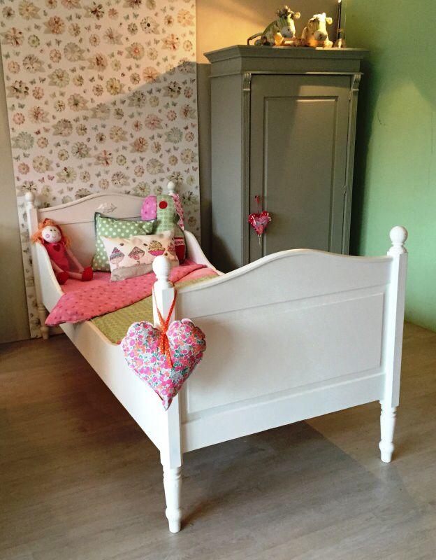Sierlijk antiek eenpersoons bed, mat wit afgelakt. Voor meer details en onze voorraad antieke bedden kijk op www.olijk nl